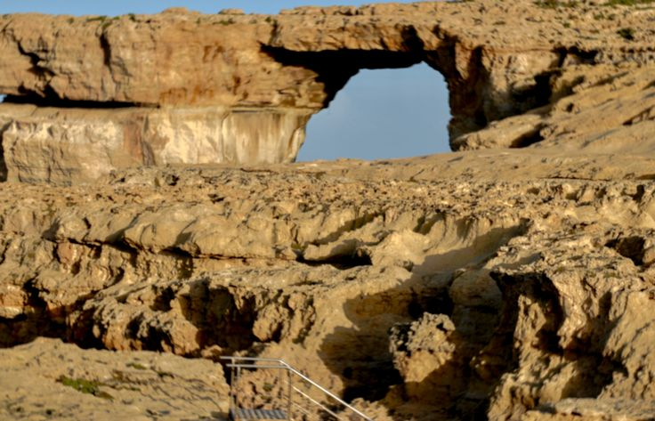 Azure Window - Gozo - Malta - most skalny u wybrzeży wyspy  Gozo, przez który przepływa woda morska.