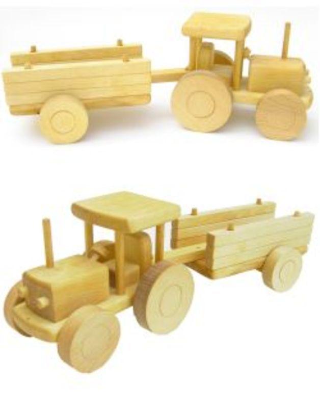 Schöner und stabiler Traktor mit Anhänger aus Holz in natur. Die Anhängerseiten sind aus aufgesteckten Holzbalken.  Achtung: Nicht für Kinder unter 3 Jahren geeignet.