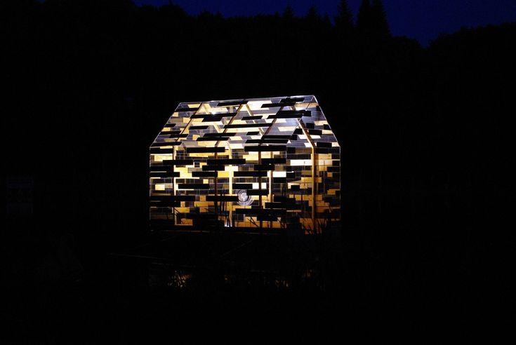 Walden Raft - Présentée durant l'été 2015 sur le Lac de Gayme, en Auvergne, « Walden Raft » cette installation propose au promeneur une réflexion en relation avec la cabane construite par H.D. Thoreau en 1845 dans les bois auprès de l'étang de Walden. Conçu entre opacité et transparence « Walden Raft » est un habitacle à la fois mobile, flottant et lumineux. Coll. Elise Morin, Florent Albinet ==> http://www.detailsdarchitecture.com/walden-raft-une-experience-unique-dans-un-cadre-idyllique/