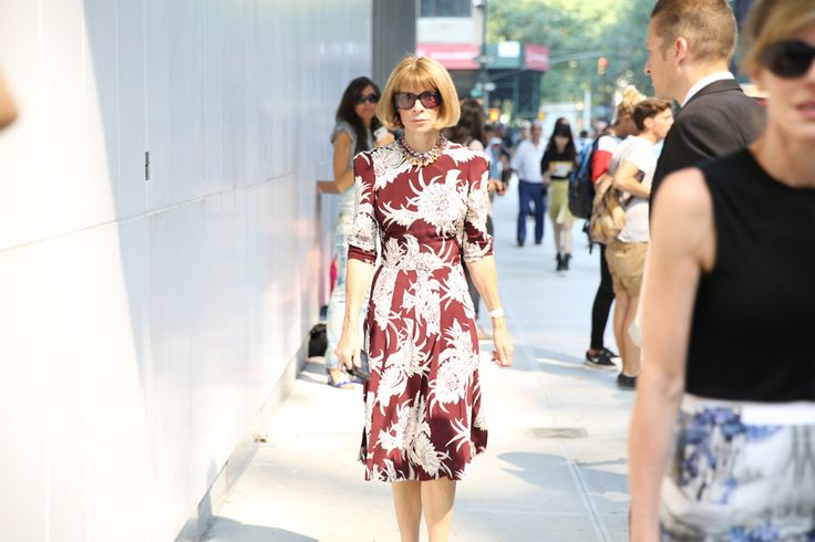 La rédactrice en chef de Vogue USA et directrice artistique de Condé Nast, Anna Wintour en Prada http://www.vogue.fr/defiles/street-looks/diaporama/street-looks-a-la-fashion-week-printemps-ete-2014-de-new-york-jour-6/15173/image/828911#!la-redactrice-en-chef-de-vogue-usa-et-directrice-artistique-de-conde-nast-anna-wintour-en-prada