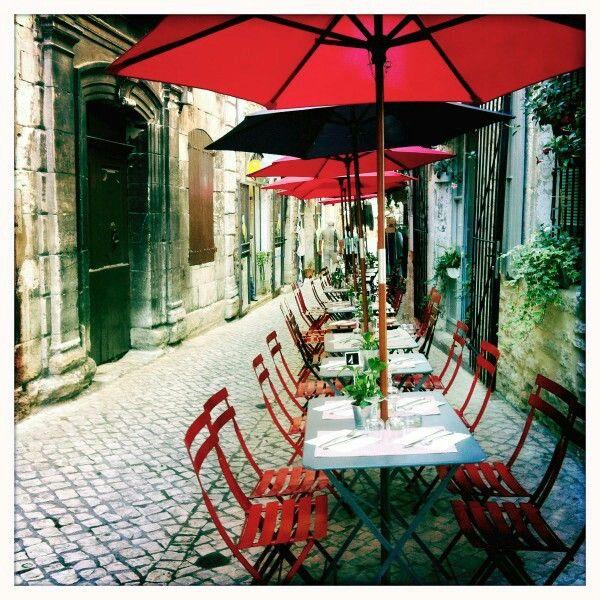 Restaurant BUZZ - Barjac (France) Jolie terrasse dans une ruelle typique.  Super burgers et délicieuses salades.