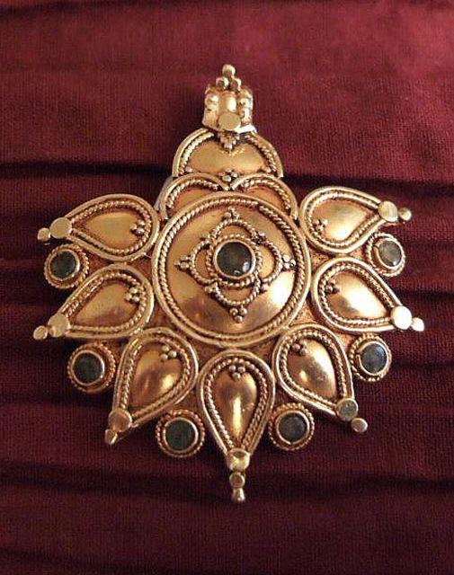 India | Pendant; 18k gold, emeralds.  | Jaipur,  Rajasthan