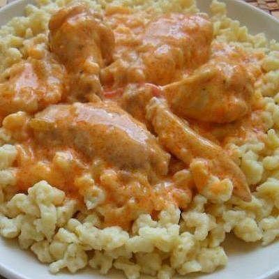 Paprikás csirke: Összetéveszthetetlen, magyaros íz jellemzi, a legnépszerűbb ételeink egyike. Alapanyagai csirkehús, vöröshagyma, paradicsom, zöldpaprika, tejföl és fűszerek (pirospaprika, só, bors, fokhagyma). A paprikás csirkét nokedlivel, vagy galuskával szokták tálalni.  http://www.budapestinfo.hu/magyar-gasztronomia.html