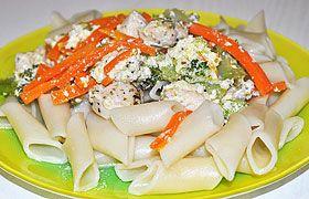 Паста с курицей и овощами в сливочным соусе