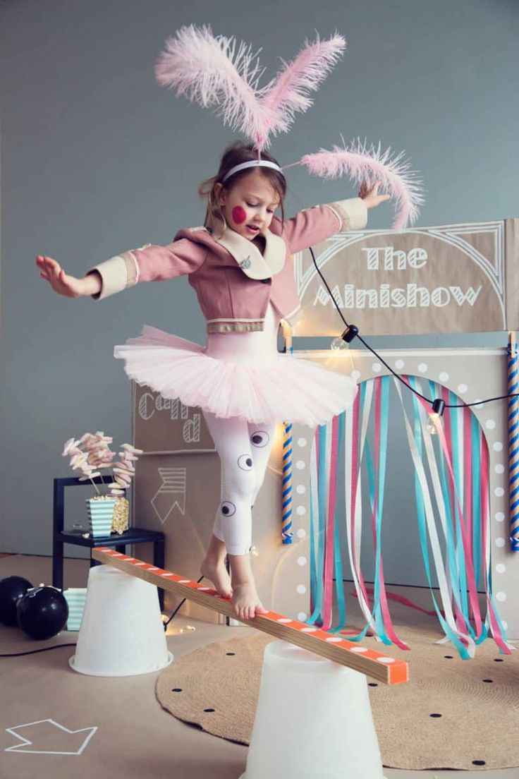 Eine Spielwand zum selber bauen. Mit der man als Kind so viel anstellen kann, dass die Eltern ganz in Ruhe Silvester feiern können. Wir sagen nur: Waschanlage, Supermarkt, Zirkus, Ritterburg
