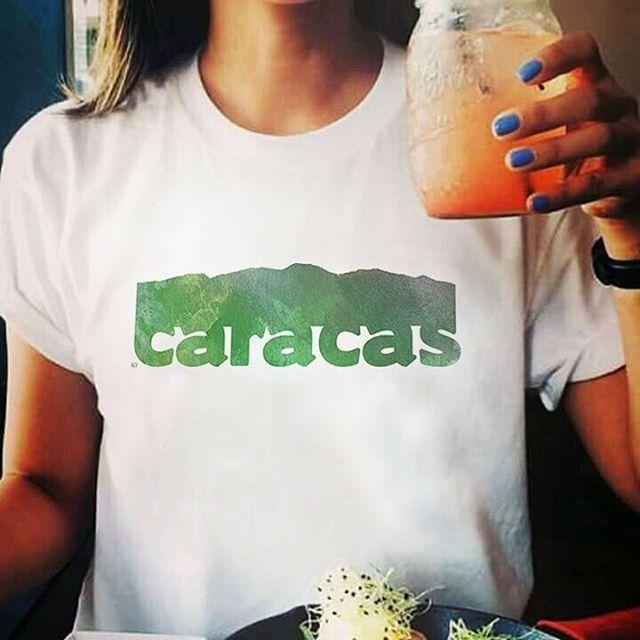 Brindemos por Caracas, por el Ávila y todas las cosas bellas de esta ciudad. Compra franelas, accesorios, franelillas, sweaters, y decoración del hogar con este diseño.    Franelas  - Venezuela - venezolana - Caracas - Avila - Tienda online - onlineshop - venezuelan - accesorios