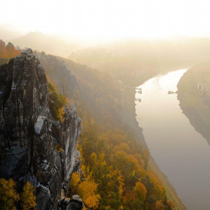 Herbstlicher Sonnenaufgang mit Blick auf die Elbe von der Bastei im Elbsandsteingebirge.