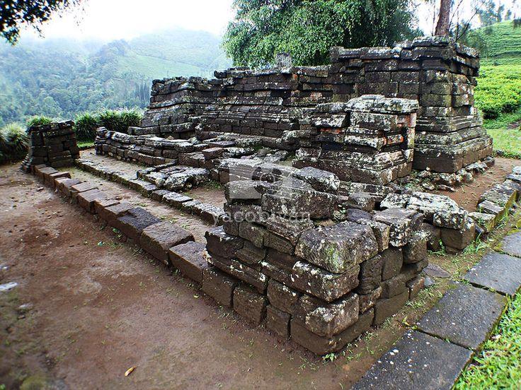 Sirah Kencong Temple, three beautiful temples in the midst of tea plantation.  http://yacob-ivan.com/2014/12/candi-sirah-kencong/