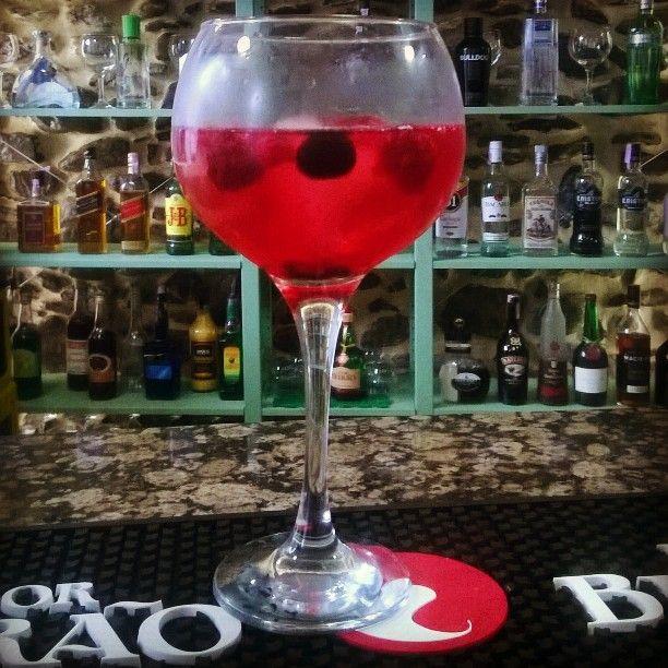Lausana Tonic: gin, água yónica, xarope de groselha e frutos vermelhos