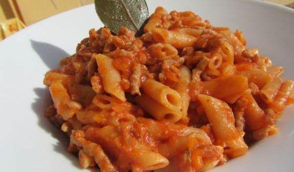 ¿Llegas tarde de trabajar y no sabes qué comer? Macarrones con carne picada y tomate, rápido y muy sencillo. - Recetas deliciosas para niños.