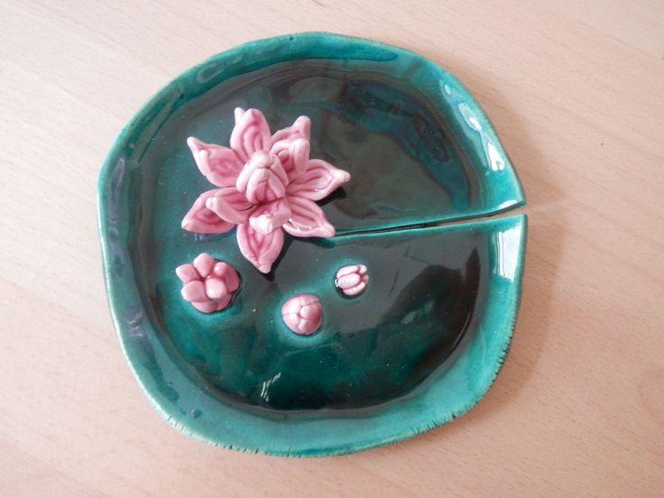 """""""Ninfee"""" piatto, plasticato a mano in argilla bianca.Decorato con vetro verde intenso e fucsia. : Arte della ceramica di ilalab"""