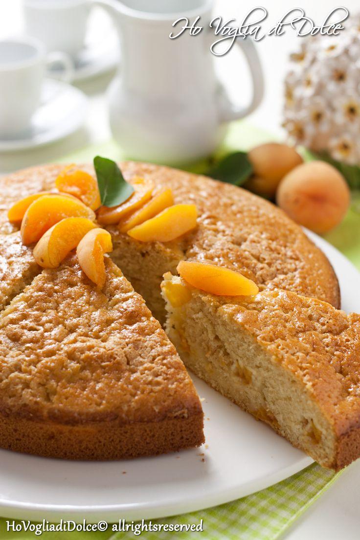 Torta soffice di albicocche fresche, ideale per la colazione e la merenda, si prepara velocemente ed è davvero deliziosa e particolare, grazie al suo contrasto