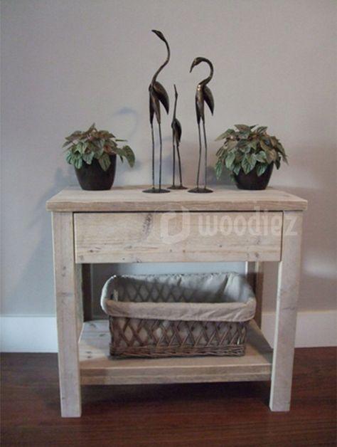 WOODIEZ | Mooie steigerhouten sidetable met decoratie.