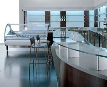 Banco bar modello Mojito, caratterizzato da linee semplici ed elementi di forte impatto visivo. il banco bar appoggia la sua forza nella leggerezza delle bancaline