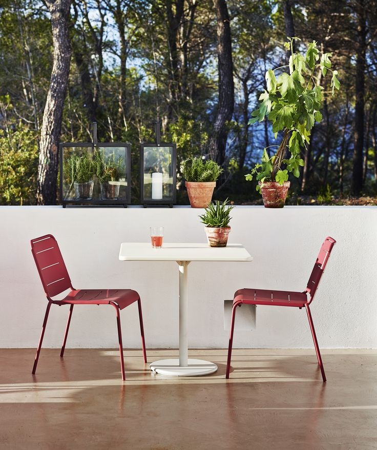 Copenhagen chair and GO table - suitable for the small terrasse or balcony.