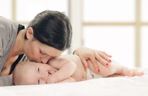Si fuera una respuesta obvia, no estaríamos preguntándonos si un bebé menor de 6 meses debe beber agua; pero muchos especialistas lo desaconsejan.
