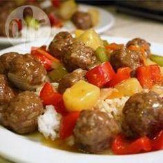 Rundergehaktballetjes in een saus met ananas, wortel en groene paprika. Heerlijk als hoofdgerecht, geserveerd met rijst, of als hapje.