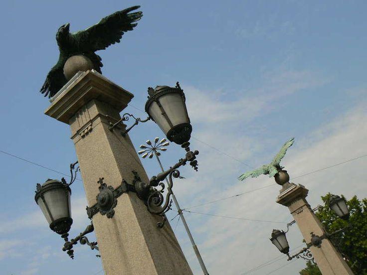 Sofia   . De Eagles Bridge. Op deze brug staan vier bronzen adelaars (foto 2) op obelisken die de beschermelingen van Sofia worden genoemd.
