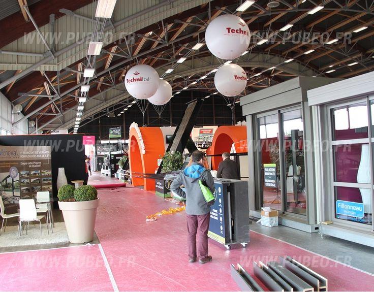 Ballons publicitaires géants (gonflés à l'hélium) sur le stand de Technitoit à la foire de Nantes