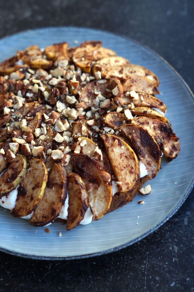 En lækker lidt sundere cheesecake med kanelbagte æbler.