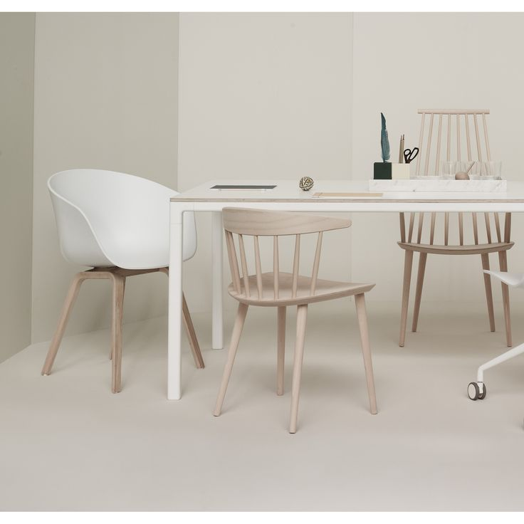 Pinnestol J104 fra Hay, designet av Jørgen Baekmark. Grunnideen bak stolen var en funksjonalist...
