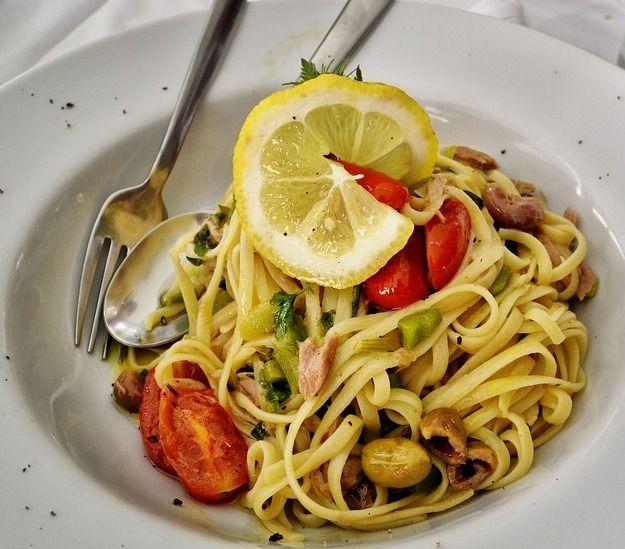 Pasta con capperi , pomodorini e tonno.  Tritate i capperi, le olive e il tonno. Scaldate in una padella l'olio con lo spicchio d'aglio, aggiungete i pomodorini e fateli ammorbidire. Unite il trito di olive, capperi e tonno e lasciate cuocere per  un paio di minuti. Bollite gli spaghetti in abbondante acqua salata, scolateli e trasferiteli direttamente nella padella con il sugo. Condite bene gli spaghetti e serviteli caldi.  #sicily #eolie #food