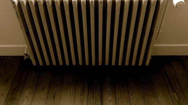Come riscaldare la casa risparmiando energia....Cosa c'è di meglio, nelle fredde serate invernali, che rientrare a casa, al caldo? Mantenere calde le nostre abitazioni, però, sta diventando sempre più costoso. Vediamo, allora, come, adottando semplici accorgimenti, è possibile ridurre anche del 30%, i costi del riscaldamento.  Innanzitutto, per poter risparmiare, dobbiamo sapere quanto davvero consumiamo. Installando, a costi contenuti, uno smart meter e delle valvole termostatiche, una per…