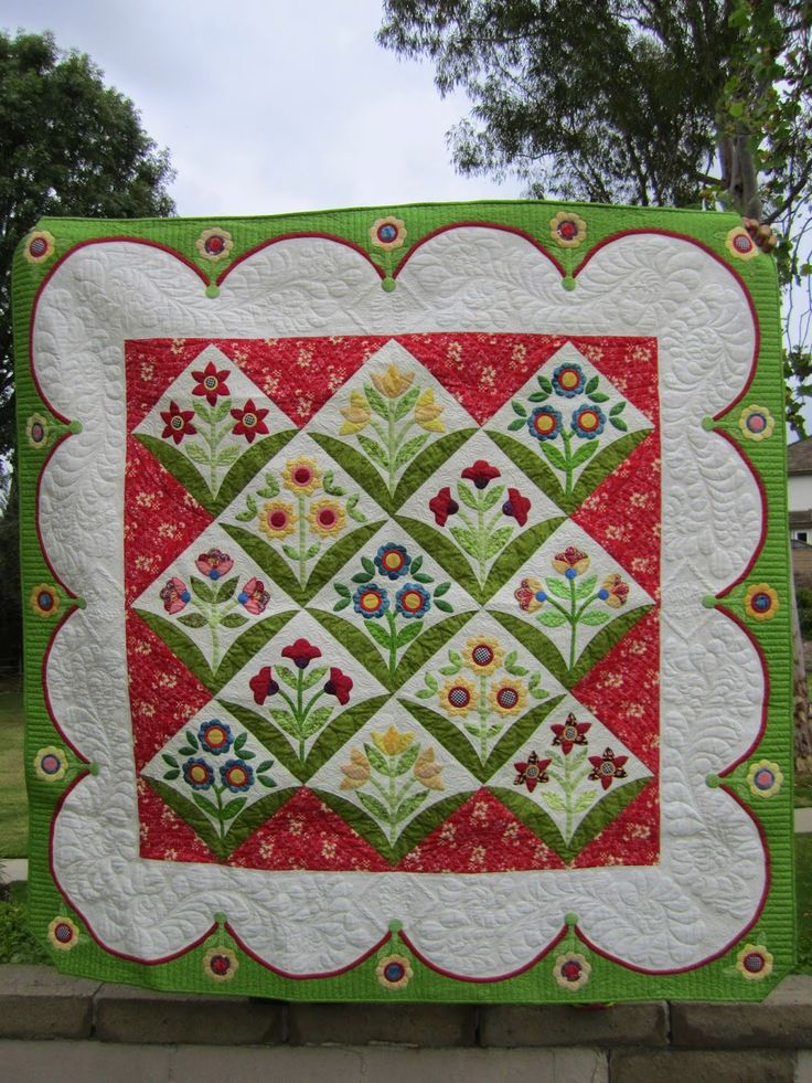 Pop Up Posie Applique Quilt by Plain Ol' Vanilla. Pattern by Erin Russek. Blogger's Quilt Festival 2015.