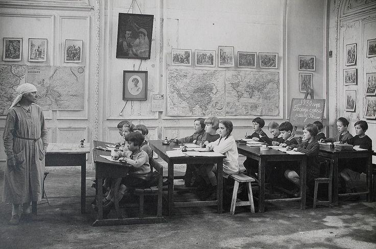 http://alzheimer.livejournal.com/750947.html  Класс детей русских эмигрантов во Франции (Saint-German-en Laye), 1930 год. Стоит вглядываться в детали, в надпись на доске, например.