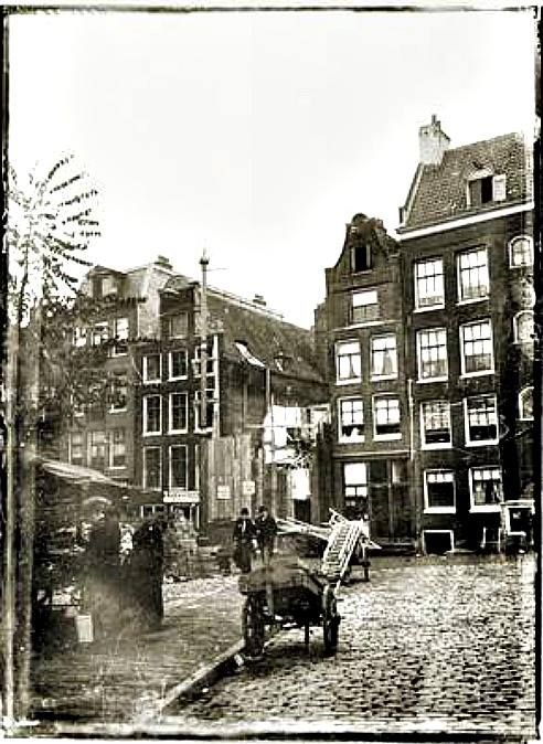 Amsterdam, Breitner fotografeerde de afbraak van het pand nr. 4. Rechts het hoekpand met de Haarlemmerdijk.  1906