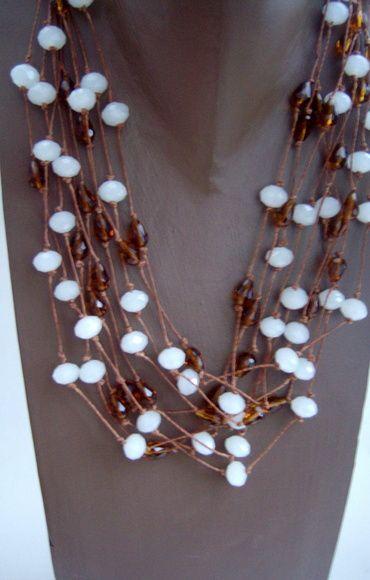 Colar de cristais branco fosco e pinos âmbar com 10 fios. R$ 150,00