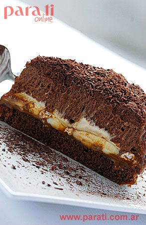 <b>Aniversario. Torta mousse de chocolate </b><br> <b>Ingredientes </b>(para 1 molde de 24 cm): <i>Base: 3 huevos; 3 cdas. de azúcar; 2 cdas. de harina; 1 cda. de cacao amargo. Relleno 1: 1/2 kg de dulce de leche; 200 g de nueces de pecán; 500 cm3 de crema; 6 cdas. de azúcar; 1 cdta. de esencia de vainilla; 250 g de merengues troceados. Relleno 2 (mousse de chocolate): 7 huevos; 7 cdas. de azúcar; 100 g de chocolate; 1 sobrecito de gelatina sin sabor. Cubierta: 4 cdas. de dulce de leche; 40…