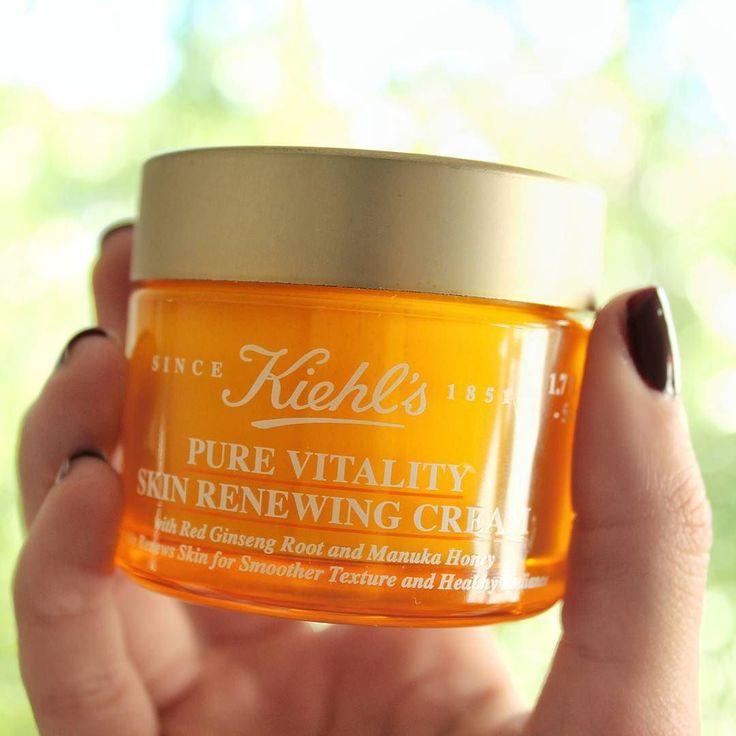 Buenas tardes chicas!! El otro día en el evento de #kiehls nos dieron su nueva hidratante Pure Vitality Skin Renewing Cream y estoy deseando estrenarla! .  Entre sus ingredientes encontramos miel de manuka de Nueva Zelanda y raíz de ginseng rojo coreano! .  Tiene un 99'6% de ingredientes de origen natural! .  Es una hidratante pensada para ayudar a nuestra piel a funcionar de manera óptima. .  De momento solo la he olido y tengo que decir que me encanta! Huele a miel de una forma muy sutil…