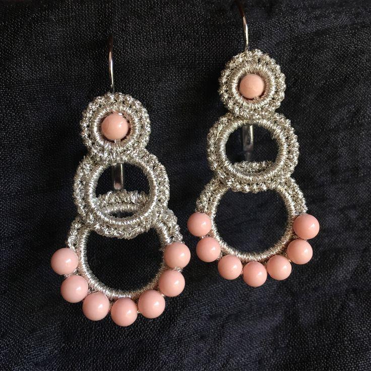 Orecchini fatti a mano con filo argento e pietre dure rosa .