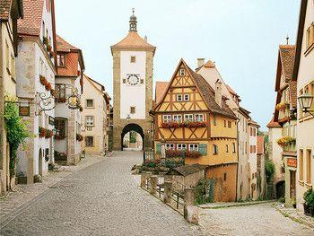 ロマンチック街道の中でも、 最も人気の高いドイツの「ローテンブルグ」。中世ヨーロッパにタイムスリップしたかのような、可愛い石畳の街並みですね。