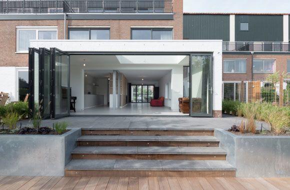 Foto's van interieur en uitbouw van een woning aan het water, Brikkenwal - Leiden door Flinterdiep architectuur.