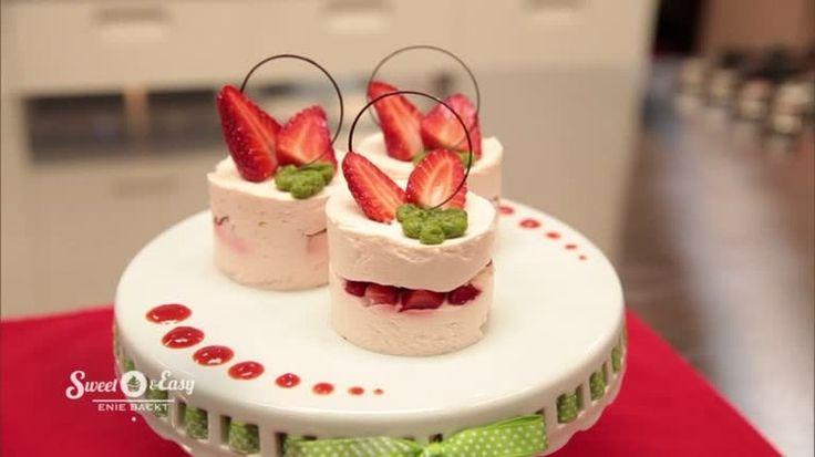 Nomnom! Erdbeertörtchen mit Basilikumpesto