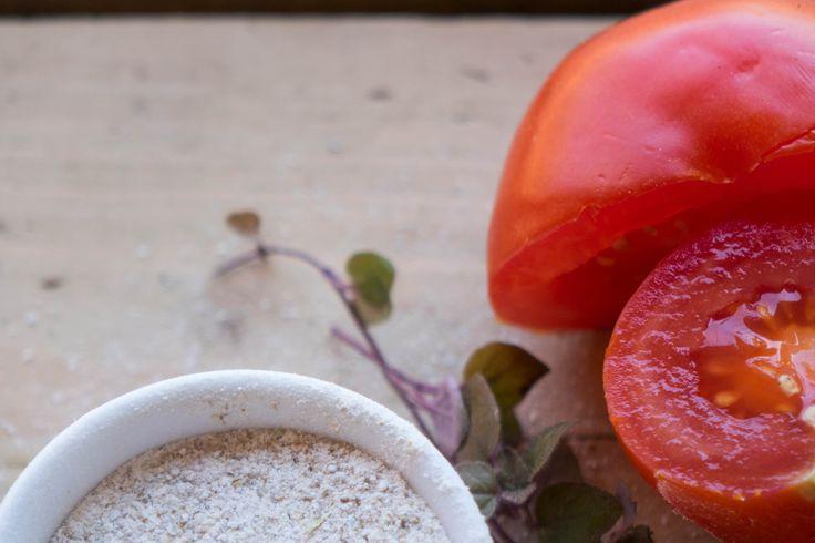 Pomidory nie tylko w kuchni! Wiedziałaś, że mogą pomóc zarówno przetłuszczającej się skórze, ale i nawilżyć przesuszoną cerę?  Zapraszam na wpis.
