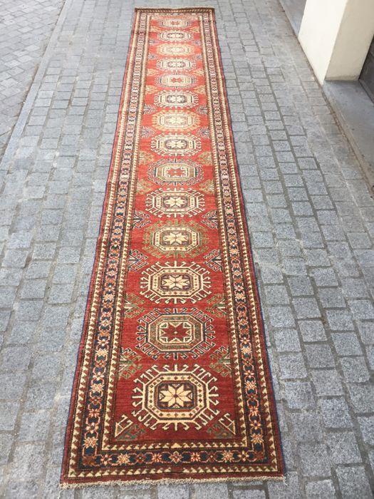 Handgemaakte Chobi hal tapijt uit Pakistan - 74 x 391 cm.  21/4-4; 74 x 391 cm.Oorsprong: Chobi Pakistan.Materiaal: wol op katoenStijl: Persian designs.Leeftijd: nieuw.Voorwaarde: perfectVervaardiging: hand geknoopt.Lange tapijt loper.  EUR 30.00  Meer informatie