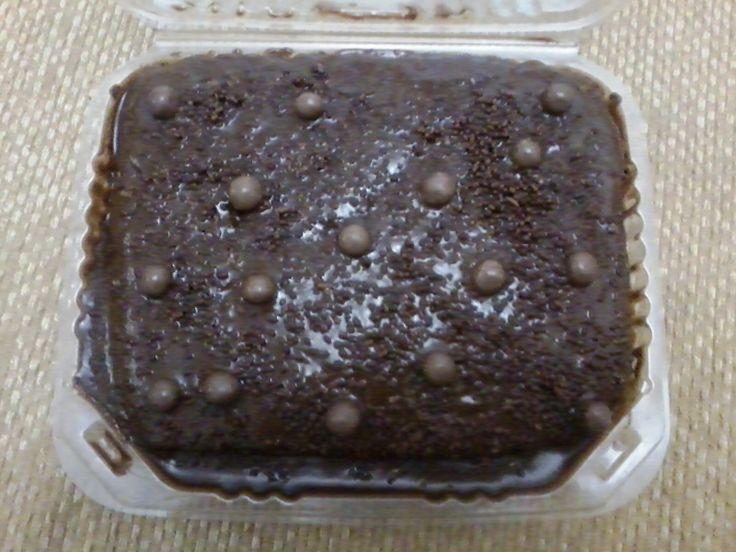 Encanta tu día con esta deliciosa Torta de Vainilla, rellena de Trufa y cubierta con Crema de Chocolate, Chispas y Bolero.
