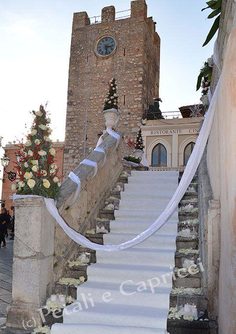 Tappeto bianco su scalinata solo per la sposa.