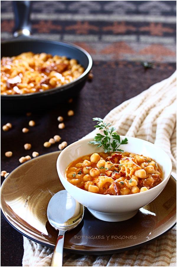 Callos con garbanzos. (Callos son tripas de cerdo.) Callos y chorizo se echan en una sopa con cebolla, pimentón, romero, garbanzos (por supuesto) y más. Es muy típico en restaurantes y casas en todas partes de Galicia.