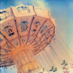 Merveilleusement, Sophie O. Kiefer transforme l´apparente banalité du quotidien en vrai trésor par sa manipulation étonnante de la couleur au Polaroid SX70, son compagnon de route préféré. Dans les paysages de fêtes foraines s'annonce un univers onirique où la présence du ciel rythme une musique intérieure trépidante.