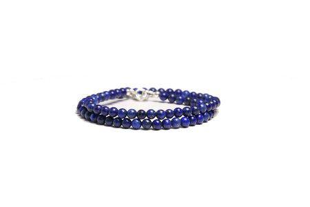 Energi - armband- Lapis lazuli uppmuntrar dig till total medvetenhet och håller dig lugn och balanserad. Den öppnar upp till medialitet och hjälper dig vid depression. Lägger du Lapis lazuli över tredje ögat (pannchakrat) underlättar den meditation. #yogasmycken #lapislazuli