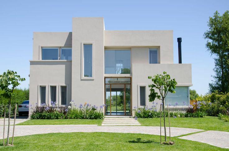 Mirá imágenes de diseños de Casas estilo moderno: FACHADA. Encontrá las mejores fotos para inspirarte y creá tu hogar perfecto.
