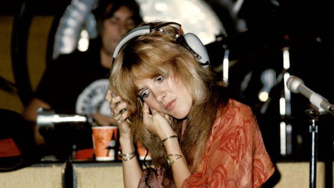 """Wir präsentieren exklusiv eine bisher unveröffentlichten Fassung von """"Wild Heart"""" aus den """"The Wild Heart""""-Sessions von Stevie Nicks. Tom Petty nannte """"Wild Heart"""" """"episch"""", und obwohl der Song über sechs Minuten Länge hat, wurde er zu einem Markenzeichen für Stevie Nicks. Als dritte Single aus ihrem zweiten Soloalbum """"The Wild Heart"""" (1983) ausgekoppelt, lässt sich die Entstehungsgeschichte von """"Wild Heart"""" jedoch bis in das Jahr 1981"""