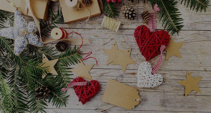 Podívejte se do galerie, jak zajímavě vypadají například znovupoužitelné kartonové visačky ze staré lepenkové krabice, které můžeme polepit zbytky samolepicí černé fólie na křídu, psát na ně vzkazy nebo malovat. Dají se využít opakovaně každé Vánoce. Vždyť pokud se nad tím zamyslíte, pro radost z darování nemusí vznikat žádný odpad.