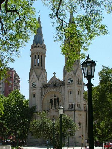 Basílica del Espíritu Santo, templo de la Parroquia de Nuestra Sra de Guadalupe, Palermo Buenos Aires. La arquitectura responde a la forma de basílica romana, destacándose la cruz latina en la planta de su conjunto: nave central, dos naves laterales y crucero, encontrando su remate en tres ábsides, se caracteriza por la rigidez y armonía de sus líneas. En 1890 se inauguró una capilla dedicada a Nuestra Sra de Guadalupe. En 1901 comienza la construcción de un nuevo templo inaugurado en 1907