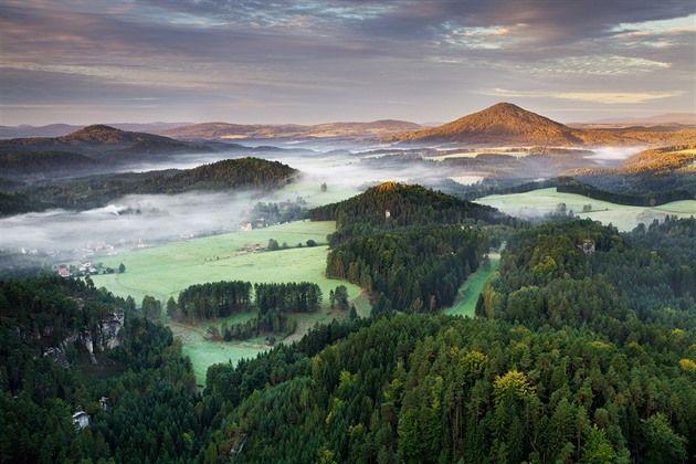 Snímky z tohoto místa na samém severu České republiky patří na světových fotoserverech k nejobdivovanějším co se českých lokalit týká. Fotky z tohoto koutu země si získávají obrovskou popularitu a často se po sociálních sítích šíří jako lavina. Podívejte se na krásy Českého Švýcarska.