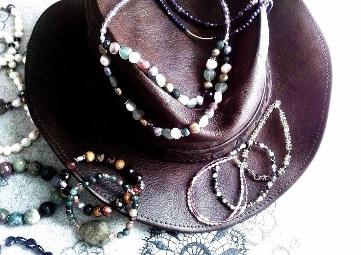 Nuestra indumentaria folk setentera llena de energía y color. ¿Ponemos un aire boho en nuestros complementos? http://pousadurany.com/…/103-pulsera-de-agatas-de-la-india.…